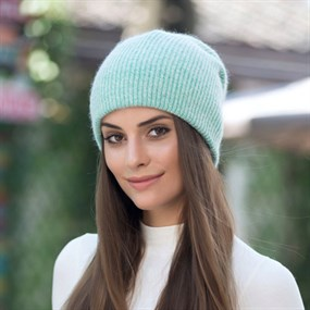 Fluffy Beanie in turquoise